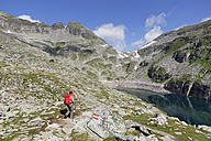 Austria, Carinthia, Obervellach, Upper Tauern, Reisseckgruppe, Kleiner Muehldorfer See, female hiker on the way - SIEF004354