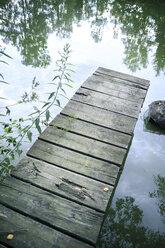 Germany, Bavaria, Coburg, a small jetty on a pond - VTF000020