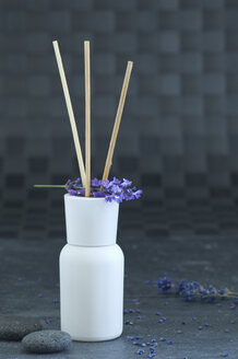 Aroma diffusor, grey pebbles and a twig of lavender - AS005143
