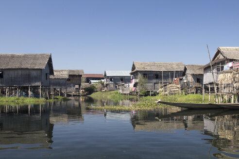 Myanmar, View of fishing village at Lake Inle - DR000172