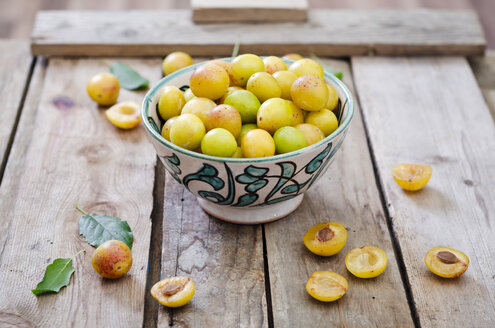 Mirabelles in a bowl on a wooden tray - CZF000084
