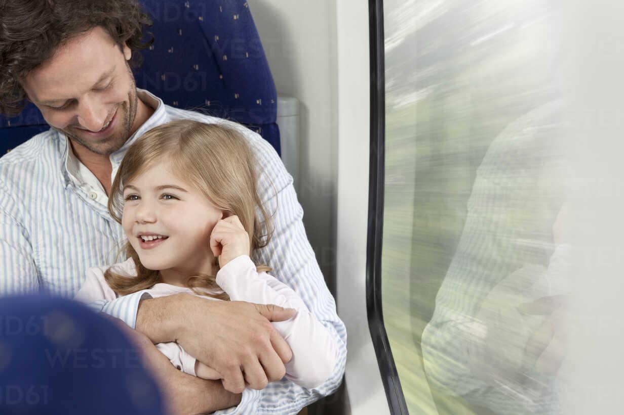 Father and daughter in a train - KFF000229 - Julia Otto und Florian Küttler/Westend61