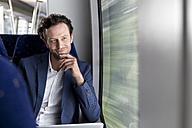 Basdorf, Brandenburg, Deutschland, Geschäftsmann im Zug, am Fenster, Zugreise - KFF000224