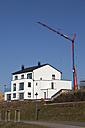Germany, North Rhine-Westphalia, Dortmund-Hoerde, new house with crane at Phoenixsee - WI000071