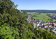 Germany, Upper Bavaria, view from the Kreuzelberg chapel to Wellheim and its ruins - LB000286