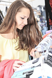 Germany, Thurinigia, Sonneberg, Brunette teenage girl shopping - VTF000041