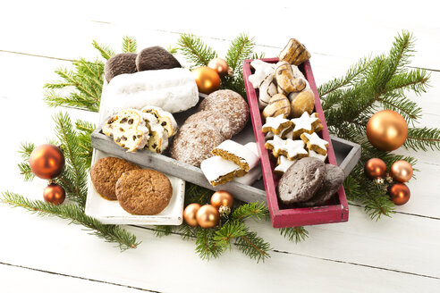Christmas cookies, Christmas stollen and ginger bread in wooden boxes, studio shot in wooden boxes, studio shot - MAEF007303