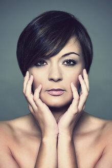Portrait of young woman, studio shot - HR000004