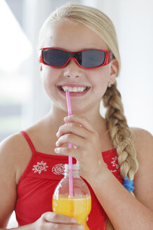 Smiling blond girl with soft drink - HR000009