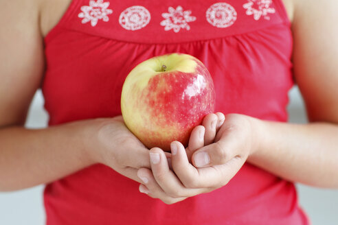 Girl holding an apple, close-up - HR000012
