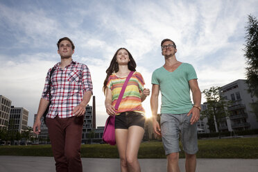 Germany, Bavaria, Munich, Friends walking in city - RBF001369