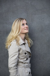 Blond woman in front of a wall - NGF000040