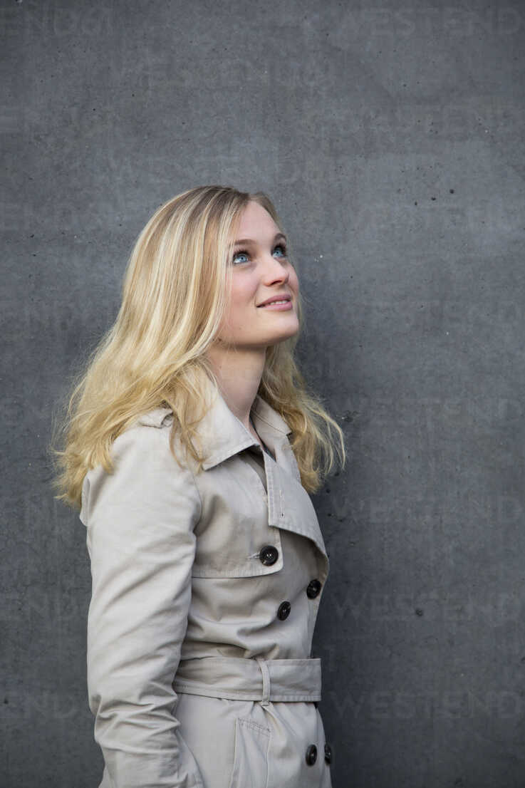 Blond woman in front of a wall - NGF000040 - Nadine Ginzel/Westend61