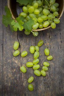 Earthenware bowl with grapes on wooden table, studio shot - LVF000228