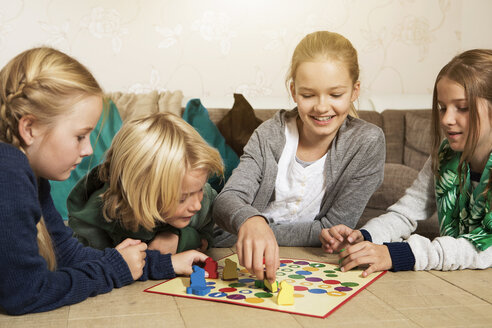 Four children playing ludo in living room - GD000216