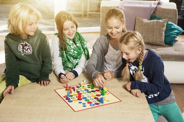 Four children playing ludo in living room - GD000218