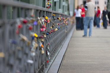 Germany, Hesse, Frankfurt, view of footbridge Eiserner Steg with love locks at railing - AM000967