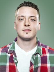 Portrait of serious young man, studio shot - STKF000402