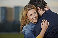 Germany, Dusseldorf, Young couple embracing - STKF000472