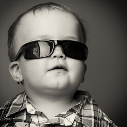 Portrait of a toddler, wearing sunglasses - ABA001032