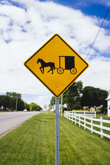 USA, Indiana, Shipshewana, Amish buggy and horse sign - MBE000796
