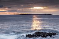 Irland, County Clare, Waves at the coast near Doolin - SRF000343