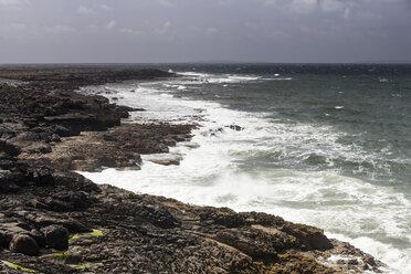 Irland, County Clare, Waves at the coast near Doolin - SRF000370