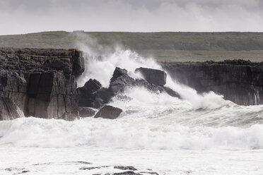Irland, County Clare, Waves at the coast near Doolin - SRF000341