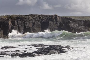 Irland, County Clare, Waves at the coast near Doolin - SRF000374