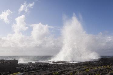 Irland, Atlantc surf at the Northern coast - SRF000375