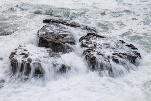 Irland, Atlantc surf at the Northern coast - SRF000338