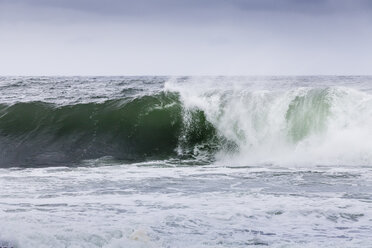 Irland, Atlantc surf at the Northern coast - SRF000363