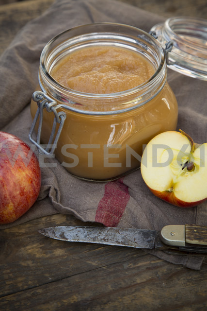 Apple puree in bottling jar and apples on wooden table - LV000273 - Larissa Veronesi/Westend61