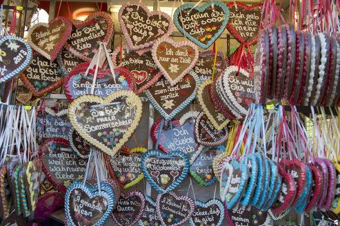 Germany, Bavaria, Munich, plenty of gingerbread hearts - CR002502