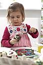 Little girl painting Easter egg - FS000327