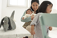 Asian mother with toddler and baby - FSF000088