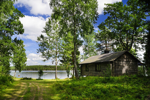 Sweden, Smaland, Kalmar laen, Vimmerby, Moeckern, wooden hut at lake - BT000022