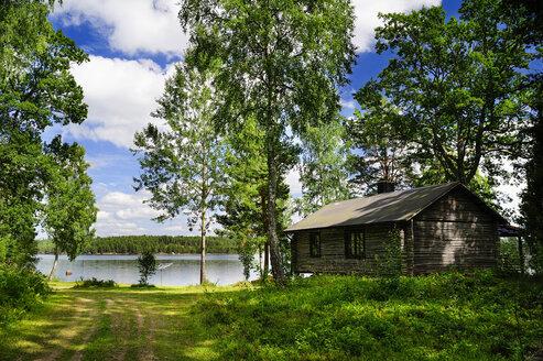 Sweden, Smaland, Kalmar laen, Vimmerby, Moeckern, wooden hut at lake - BT000022