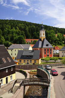 Germany, Saxony, Schmiedeberg, Townscape with River Poebelbach and Trinity Church - BT000103