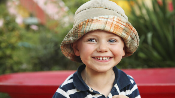 Portrait of smiling little boy wearing sun hat - RDF001206