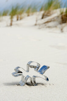 Germany, Amrum, Octopus shaped cookie cutter on sand dune - AWDF000734