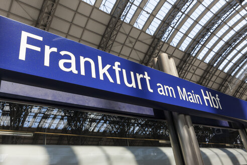 Germany, Hesse, Frankfurt, place-name sign at main station - AM001093