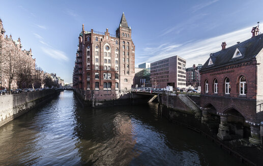 Germany, Hamburg, Hafencity, old buildiings and bridge over canal - OT000005