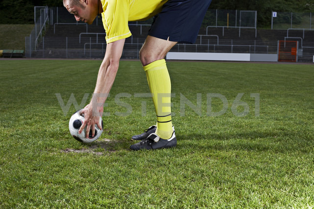Soccer player placing ball on penalty spot - STKF000662 - Stefan Kranefeld/Westend61