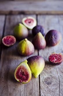Whole and sliced fresh figs on wooden table - CZF000117