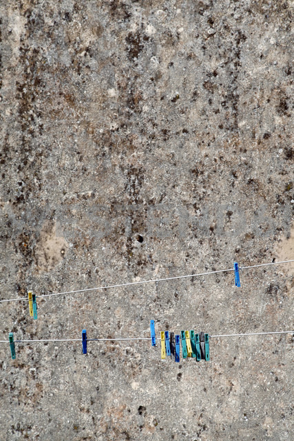 Spain, Clothespins in front of wall - JMF000260 - Pascal Miller/Westend61