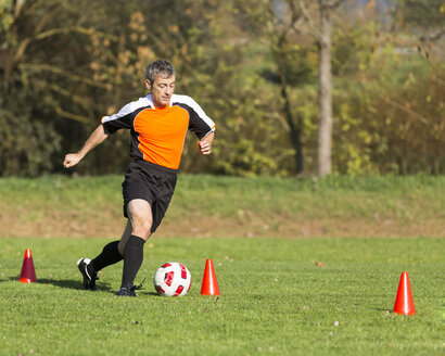 Soccer player passing a slalom course - STSF000220