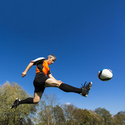 Soccer player kicking ball - STS000211