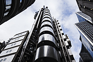 UK, London, worms eye view of Lloyds building - DISF000190
