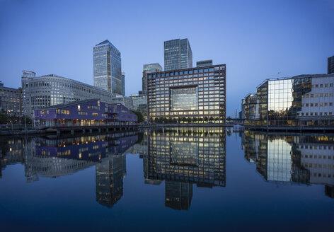 UK, London, Docklands, buildings at financal district at dusk - DISF000144